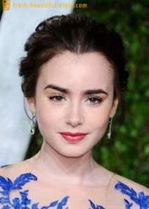 El Maquillaje Casual Y Descarga Bajo Un Vestido Azul